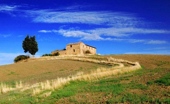 Stary dom na polu w toskanii